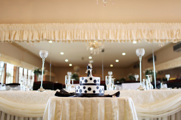 Black and White Spotted Wedding Cake